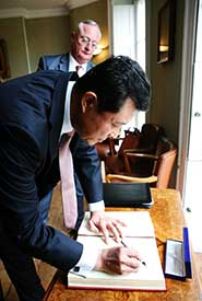 The Ambassador signs the University's Visitors' Book